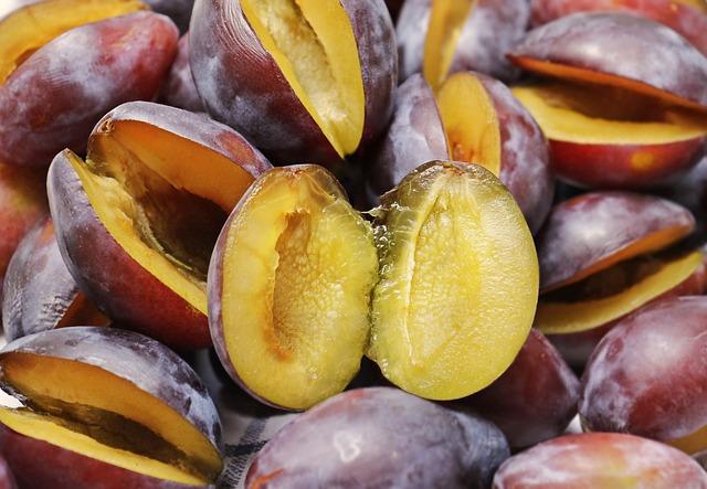 fioletowe śliwki drylowane