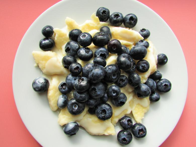 bezglutenowe leniwe z jogurtem i borówkami