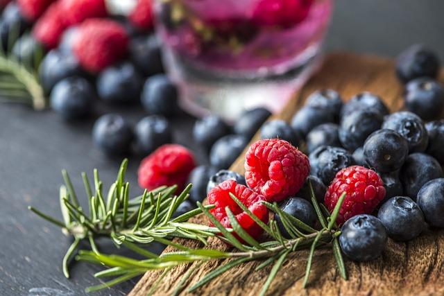 owoce jagodowe i zioła - źródła antyoksydantów