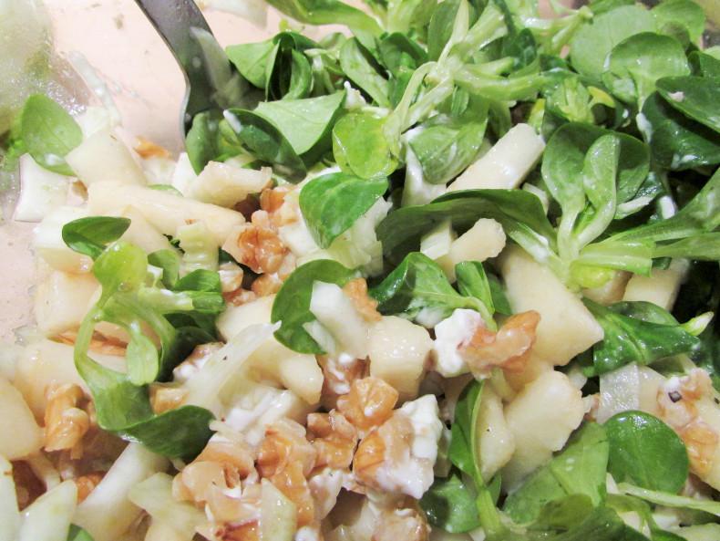 sałatka z koprem włoskim, roszponką i orzechami